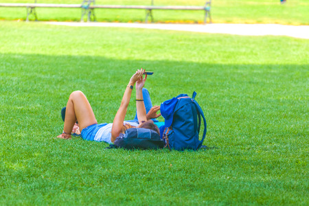 people are relaxing in public city park in Vienna, Austria. Stockfoto