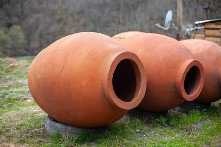 Georgian traditional jugs kvevri for wine, outdoor trade Banco de Imagens