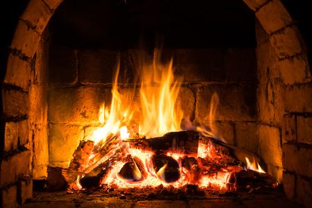 Bois brûlant dans une cheminée confortable à la maison