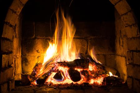 Bruciare la legna in un accogliente caminetto a casa