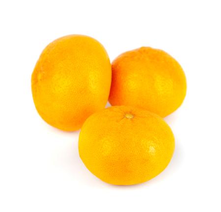Tres mandarinas (mandarina) sobre un fondo blanco.