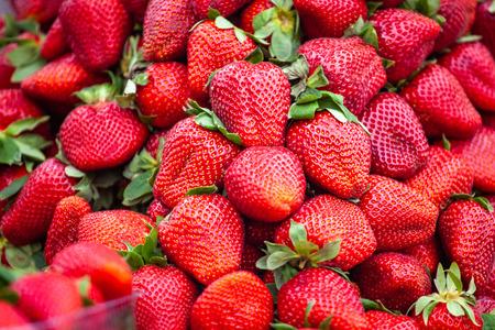 modello di fragole rosse nel mercato