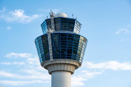 Wieża kontroli ruchu lotniczego na międzynarodowym lotnisku w Atenach, Grecja