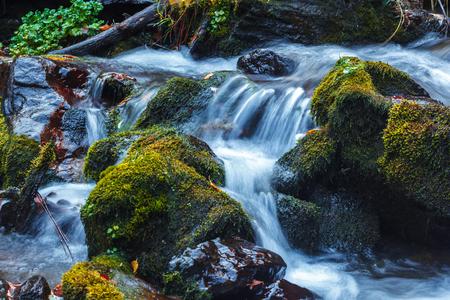 Malerischer Blick auf den Wasserfall in der Dariali-Schlucht im Herbst, Gveleti-Wasserfall, Georgien, Kaukasus?