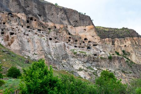 View of Vardzia caves. Vardzia is a cave monastery site in southern Georgia, excavated from the slopes of the Erusheti Mountain on the left bank of the Kura River. Travel Stockfoto