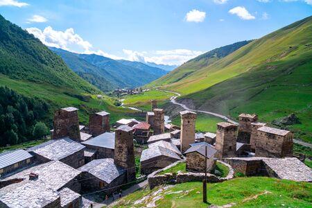 Blick auf das Dorf Ushguli am Fuße des Berges. Schchara. Malerische und wunderschöne Szene. Felsentürme und alte Häuser in Ushguli, Georgia. Reisen. Standard-Bild