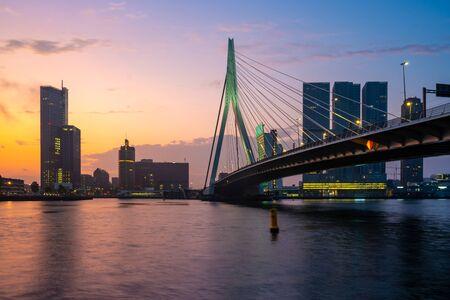 Rotterdam Skyline z mostem Erasmusbrug rano, Holandia. Krajobraz.