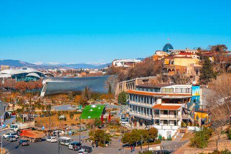 Tiflis, Georgien 26. Januar 2020 - Blick auf die georgische Hauptstadt Tiflis, Altstadtarchitektur und modernen Stadtbau