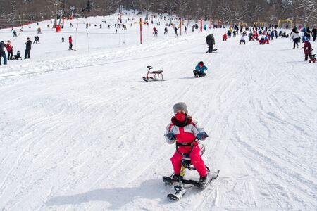 Bakuriani, Georgia February 15, 2020 - Skiers skiing climb a yoke on a mountain. Light skiing track in Bakuriani Banque d'images - 140478369