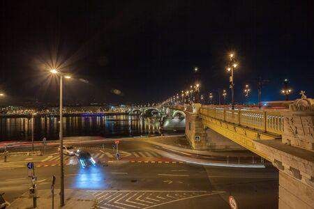 View of Margaret Bridge illuminated at night in Budapest, Hungary. Travel 版權商用圖片