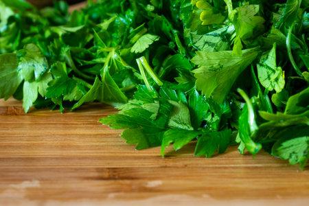 Chopped parsley on a wooden chopping board, greenery 版權商用圖片