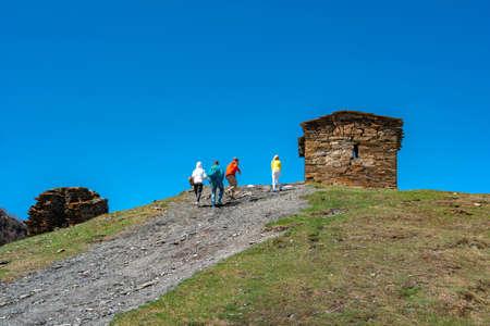 Tourists to the high-mountainous village of Ushguli, travel across Georgia Standard-Bild