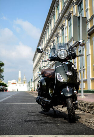 vespa piaggio: Bella Vespa vicino al Grand Palace Thailandia Editoriali
