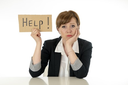 junge schöne rothaarige kaukasische Geschäftsfrau überwältigt und müde, die ein Hilfeschild hält. Sie sehen gestresst, gelangweilt, frustriert, verärgert und unglücklich bei der Arbeit aus. Geschäftsfrustrationskonzept.