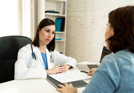 Médico de familia escucha atentamente con simpatía a la paciente hablando sobre problemas y síntomas en asociación, atención médica, psiquiatría, comunicación y concepto de confianza médica.