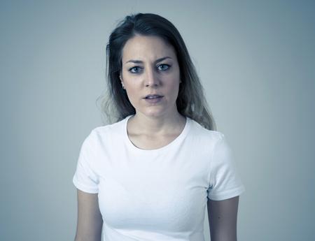 Bouchent le portrait d'une jeune femme caucasienne séduisante avec un visage en colère. L'air fou et fou en criant et en faisant des gestes furieux. Isolé sur fond neutre. Expressions faciales et émotions. Banque d'images