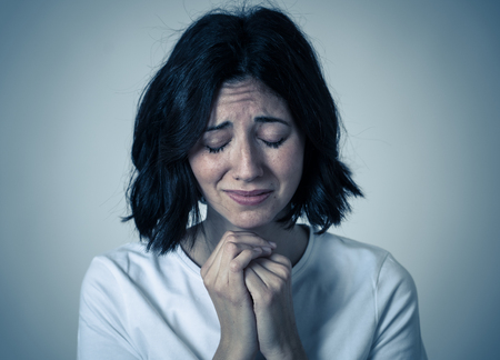 Portrait d'une femme triste inquiète et inquiète, l'air désespérée et dégoûtée. Regarder avec un regard sévère. fond neutre isolé. Dépression et émotions négatives et concept d'expressions de personnes.