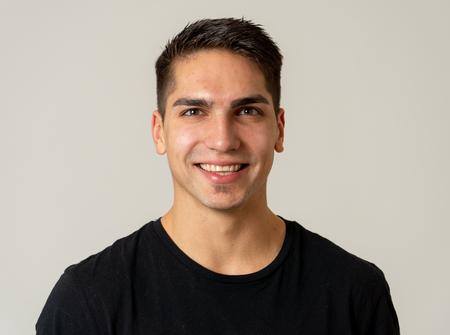 Retrato de joven atractiva modelo con cara feliz y hermosa sonrisa. Apuesto hombre milenario masculino de unos 20 años. Aislado en blanco. En Personas, moda y expresiones faciales y emociones humanas.