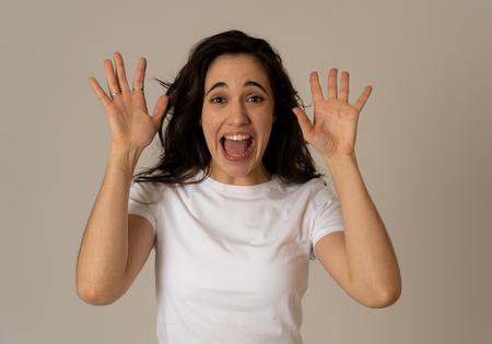 Joven mujer latina atractiva celebrando el éxito ganando o sintiéndose afortunado y alegre bailando haciendo gestos de celebración con los brazos. Aislado sobre fondo neutro En expresiones y emociones de personas.