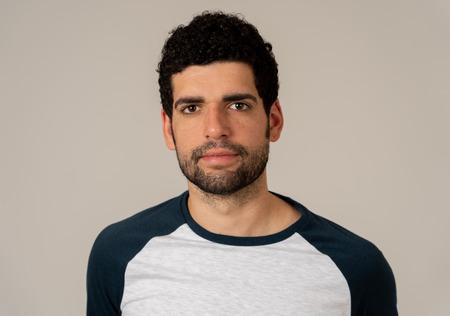 Nahaufnahme eines jungen lateinischen Mannes mit natürlichem und neutralem Gesichtsausdruck mit Bart und dunklem Haar. Auf neutralem Hintergrund isoliert. In People Fashion, Lifestyle Beauty und Menschliche Emotionen. Standard-Bild
