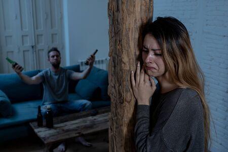 Kwestie społeczne Pojęcie przemocy w rodzinie. Młoda para ma kłótnie i problemy z mężem alkoholikiem. Mężczyzna groził przerażony żonie lub dziewczynie przerażony agresją i przemocą domową.