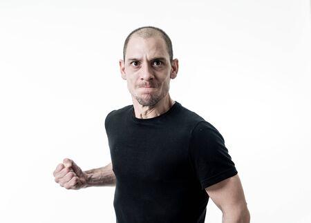 Portret zły i zdenerwowany młody człowiek wyglądający wściekły, agresywny i szalony w ludziach i ludzkich emocjach, mimice i nadużyciach, przemocy i zastraszaniu. Na białym tle. Zdjęcie Seryjne