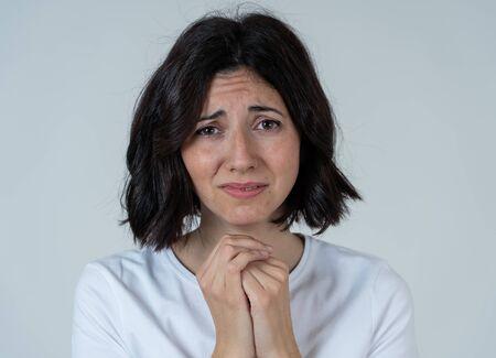 Retrato de mujer triste preocupada y preocupada, con aspecto desesperado y disgustado. Mirando con mirada severa. fondo neutro aislado. Depresión y emociones negativas y concepto de expresiones de personas.