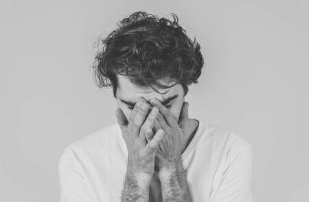 Porträt eines jungen traurigen Mannes, der in emotionalen Schmerzen weint und verzweifelt und verzweifelt aussieht. Tausendjähriger Mann, der an Depressionen leidet. Bei psychischer Gesundheit und sensiblen Männern reagieren Emotionen und Gefühle.