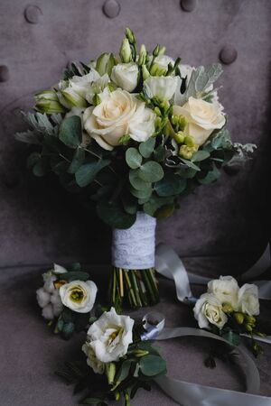 Beautiful white wedding bouquet and boutonnieres for bridesmaids. 版權商用圖片 - 128764270