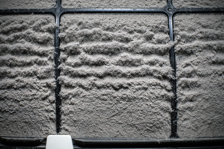 多くのほこりで家庭用エアコン フィルターをクローズ アップ 写真素材