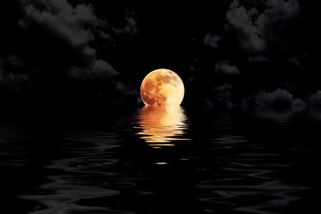 음력의 세부 정보를 보여주는 물 반사 근접 촬영 구름에 어두운 붉은 보름달 스톡 콘텐츠