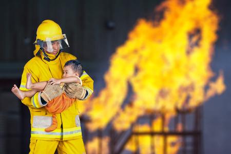 소방관, 소방관이 화재로부터 아이를 구출 스톡 콘텐츠