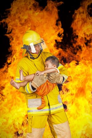 bombera: bombero, bombero rescató al niño del fuego, aislado en blanco