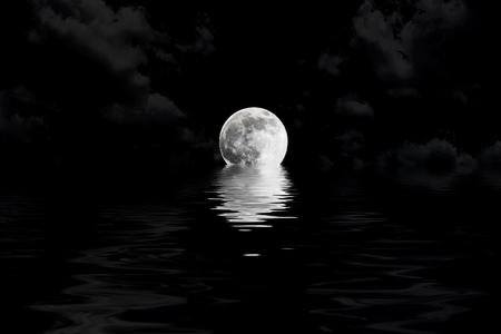 donkere volle maan in de wolken met water reflectie close-up met de details van de maan