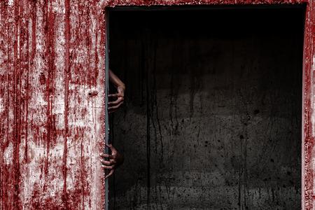 建物のドアから出てくる血の壁と幽霊の手が怖い放棄