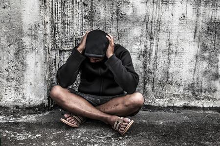 sobredosis: sobredosis asiático adicto al sexo masculino con problemas de drogas, el hombre en el capó con las manos en la cabeza Foto de archivo