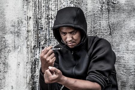 sobredosis: sobredosis asiático macho mano adicto a las drogas, drogas estupefacientes jeringa en acción