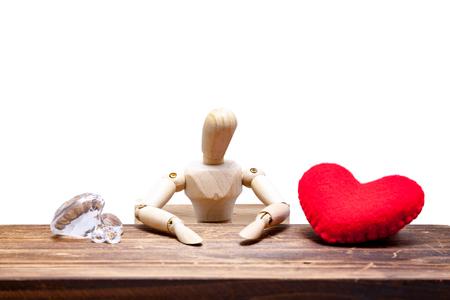 Houten dummies kiezen tussen diamant of hart, geïsoleerd op een witte achtergrond., liefde concept voor Valentijnsdag. Stockfoto - 73411959