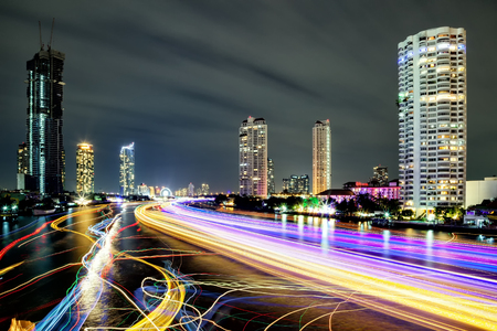 Light effects over time after sunset on Chao Phraya river in Bangkok City, Thailand. Banco de Imagens - 95746857