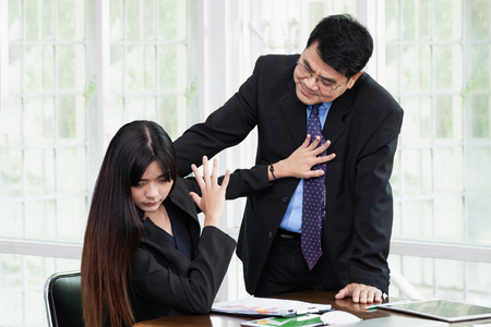 Man die vrouwenwerknemer in het bureau molesteren, is het Vrouw walgelijk gezicht die haar uitgestrekte hand steunen afwerend., Seksuele intimidatie op het werk. Stockfoto - 96519668