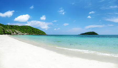 Clear water and blue sky on tropical sandy beach at summer sunny day., Nang Ram beach and Nang Rong beach Sattahip Thailand. Banco de Imagens - 103995751