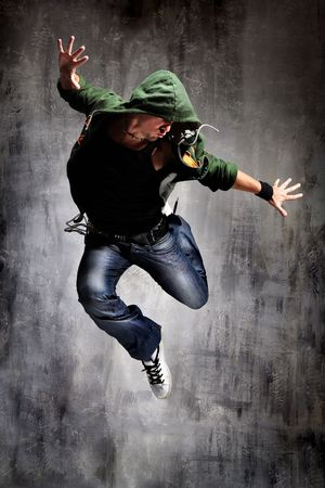 coll busca bailarina posando sobre una pared gris grunge