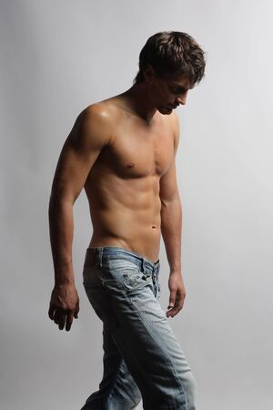 seins nus: le jeune homme � pied de la droite vers la gauche du cadre