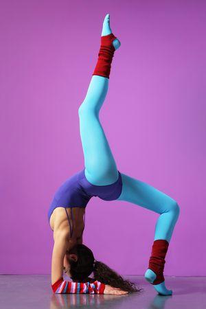ejercicio aer�bico: cool chica haciendo ejercicios aer�bicos en un fondo magenta