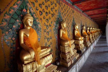 cabeza de buda: Wat Arun, el templo de Dawn, es uno de los mejores Bangkok saber hist�rico. Est� en la orilla oeste del r�o Chao Phraya en Thon Buri. Wat Arun es mejor visto desde la orilla opuesta del r�o, que brilla en la luz del sol durante el d�a y est� oscuro