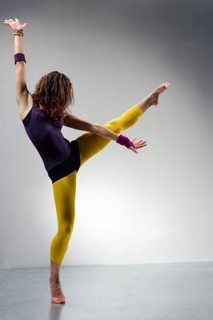 baile moderno: joven bella mujer bailando la danza de jazz moderno