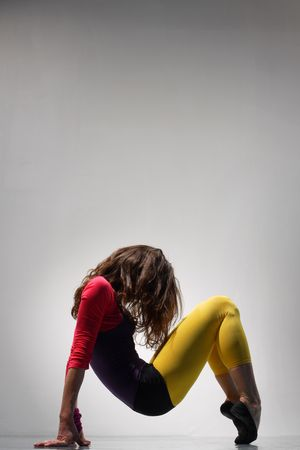 danza moderna: joven hermosa mujer bailando la danza de jazz moderno Foto de archivo