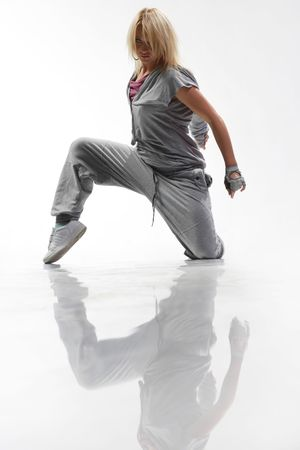 t�nzerin: cool suchen und stilvolle Hip-Hop-T�nzer posieren auf wei�em Hintergrund