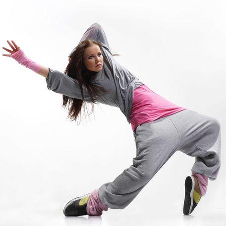 danza moderna: buscando con estilo fresco y bailar�n de hip-hop posando en el fondo blanco