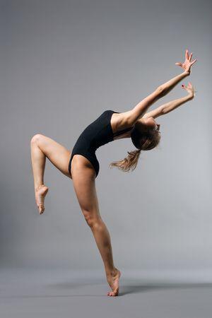 leotard: junge sch�ne Ballerina posieren auf grauem Hintergrund Lizenzfreie Bilder